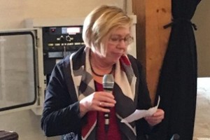 Formanden Lotte Kolind holder tale